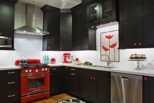Kết hợp sắc màu đỏ, đen, trắng cho nhà bếp ấn tượng