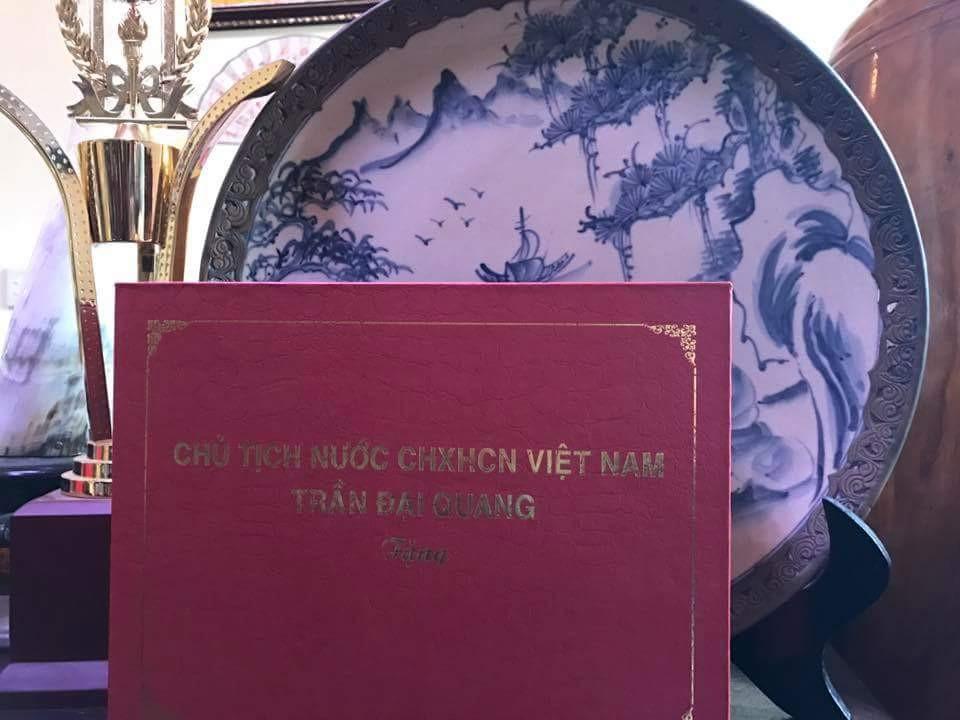 Chủ Tịch Nước Trần Đăng Quang tặng